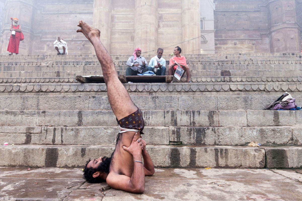 ali_rezvani_india_varanasi_street_photography_yoga_2016