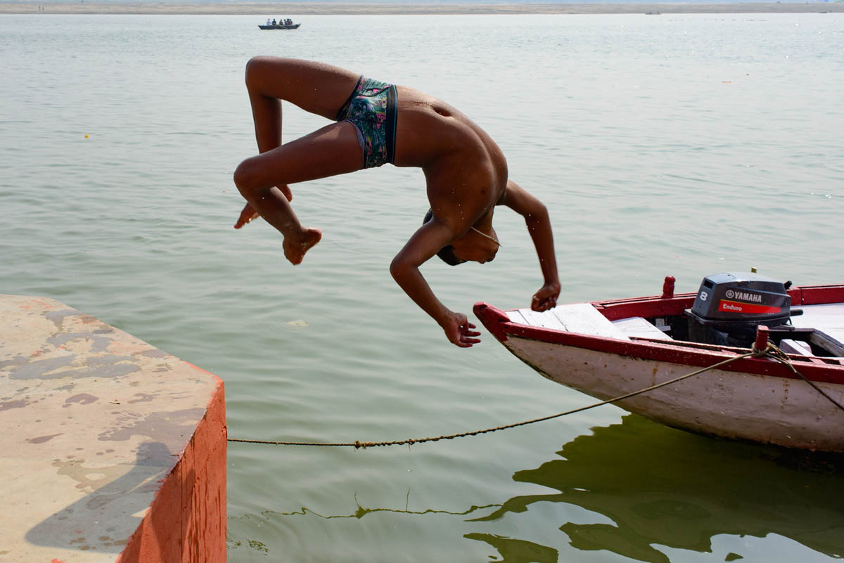 varanasi_india_street_photography_ganges_jump_phil_duval