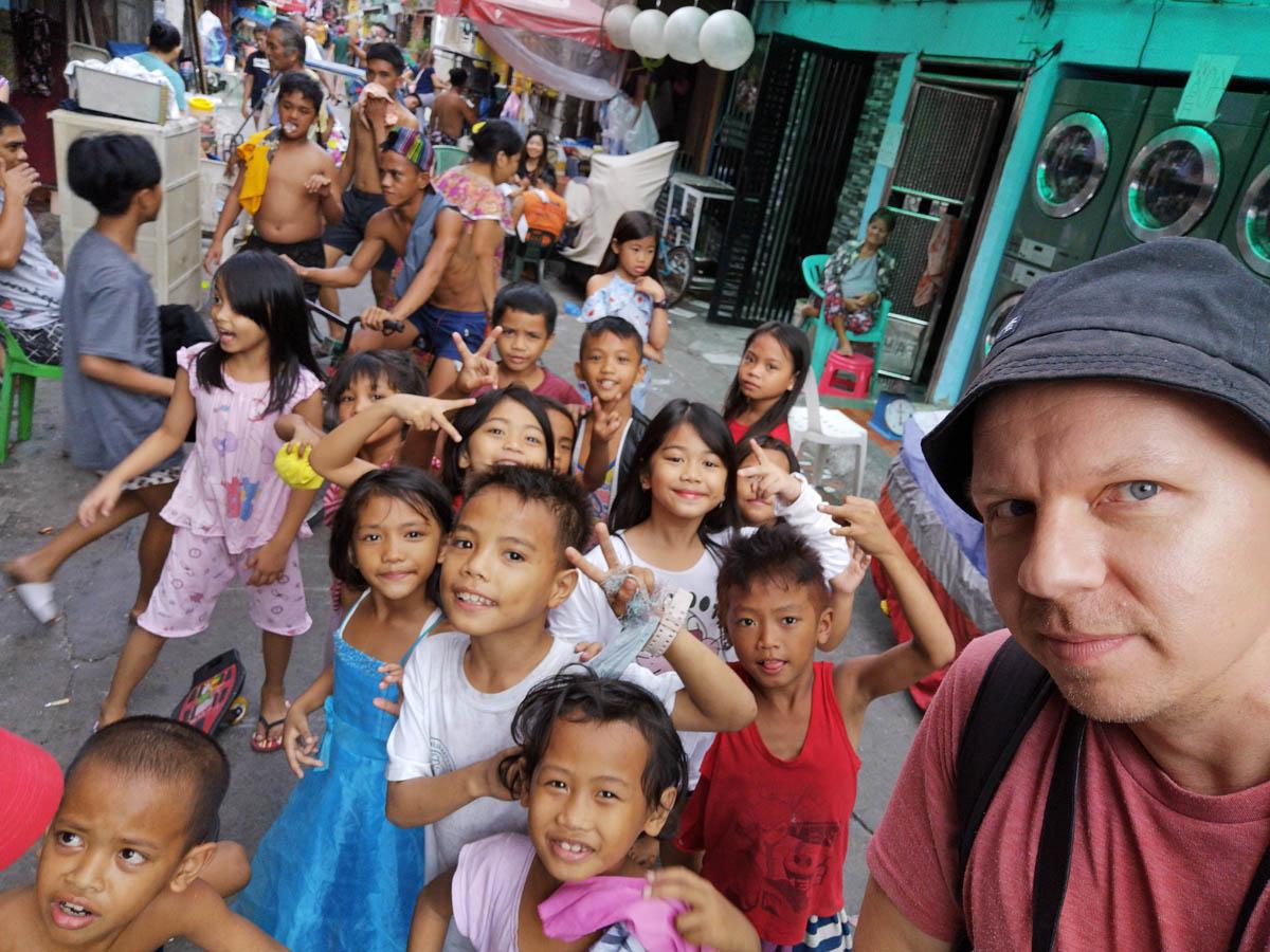 manila_philippines_tondo_street_selfie_maciej_dakowicz