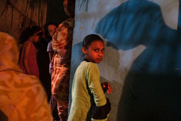 bangladesh_dhaka_city_people_geneva_camp_bihari_children_dark_alley_light_shadow_street_photography