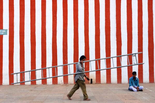 india_tamil_nadu_madurai_meenakshi_temple_ladder.jpg