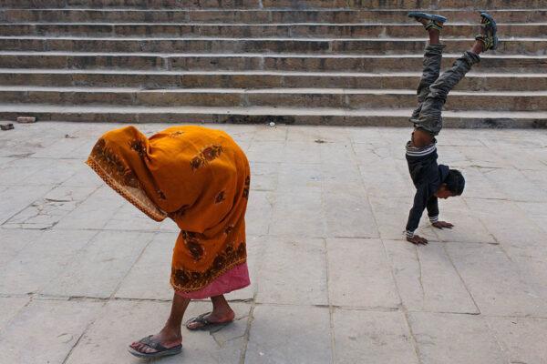 india_varanasi_ghat_old_woman_street_photography_decisive_moment