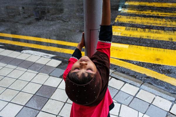 malaysia_kuala_lumpur_kl_city_street_crossing_child
