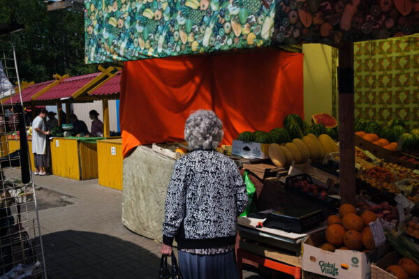 russia_yaroslavl_city_people_market_woman_colour_street_photography