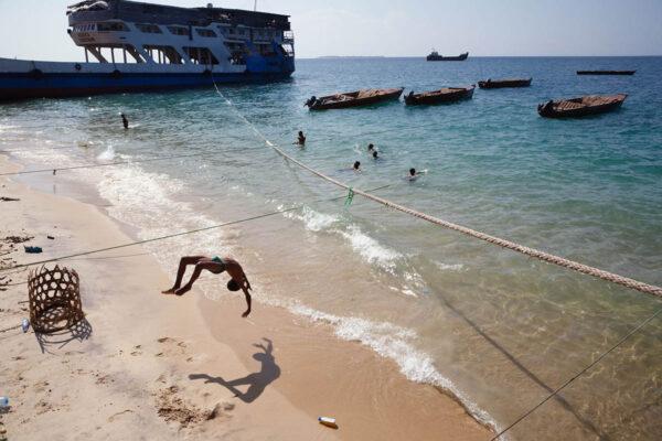 africa_tanzania_zanzibar_stone_town_beach_jump_street_photography