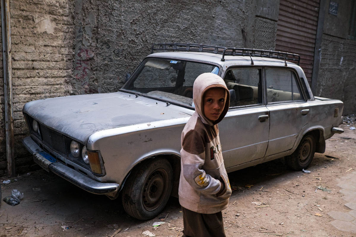 egypt_cairo_africa_street_people_old_car_parked_polski_fiat_city_street_photography_125p.jpg