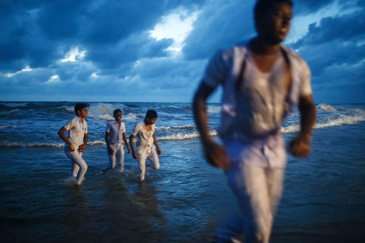 asia_sri_lanka_negombo_beach_sunset_water_schoolboys_night_street_photography.jpg