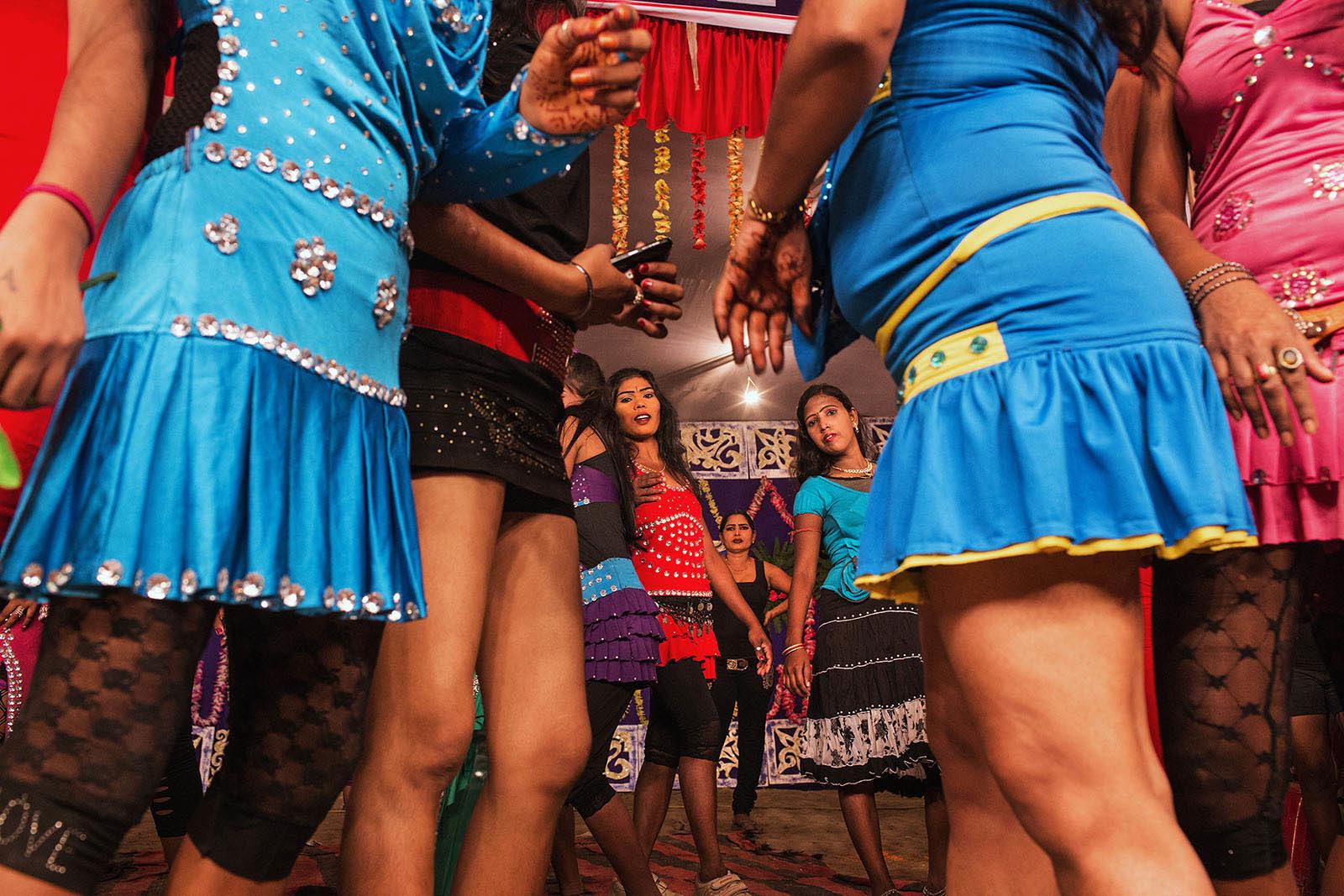 india_bihar_sonpur_sonepur_mela_dance_show_dancing_theatre_girls_dancers-1600x1067.jpg