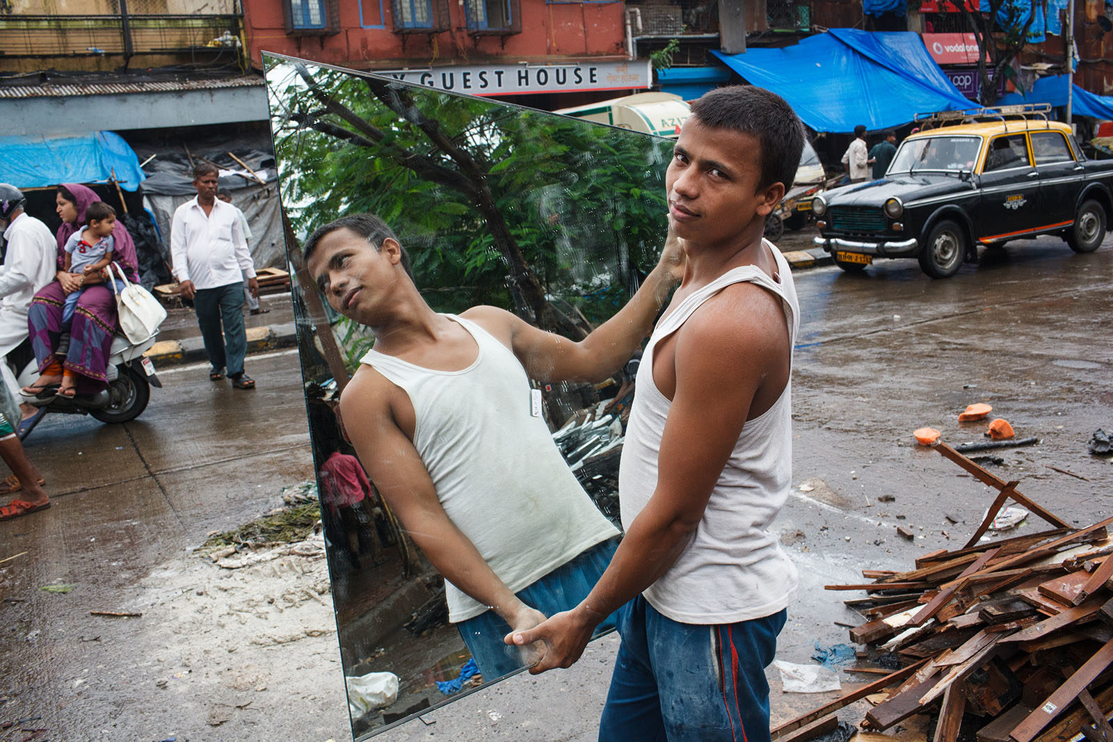 india_mumbai_bombay_kamathipura_street_portrait_mirror_reflection-1600x1067.jpg