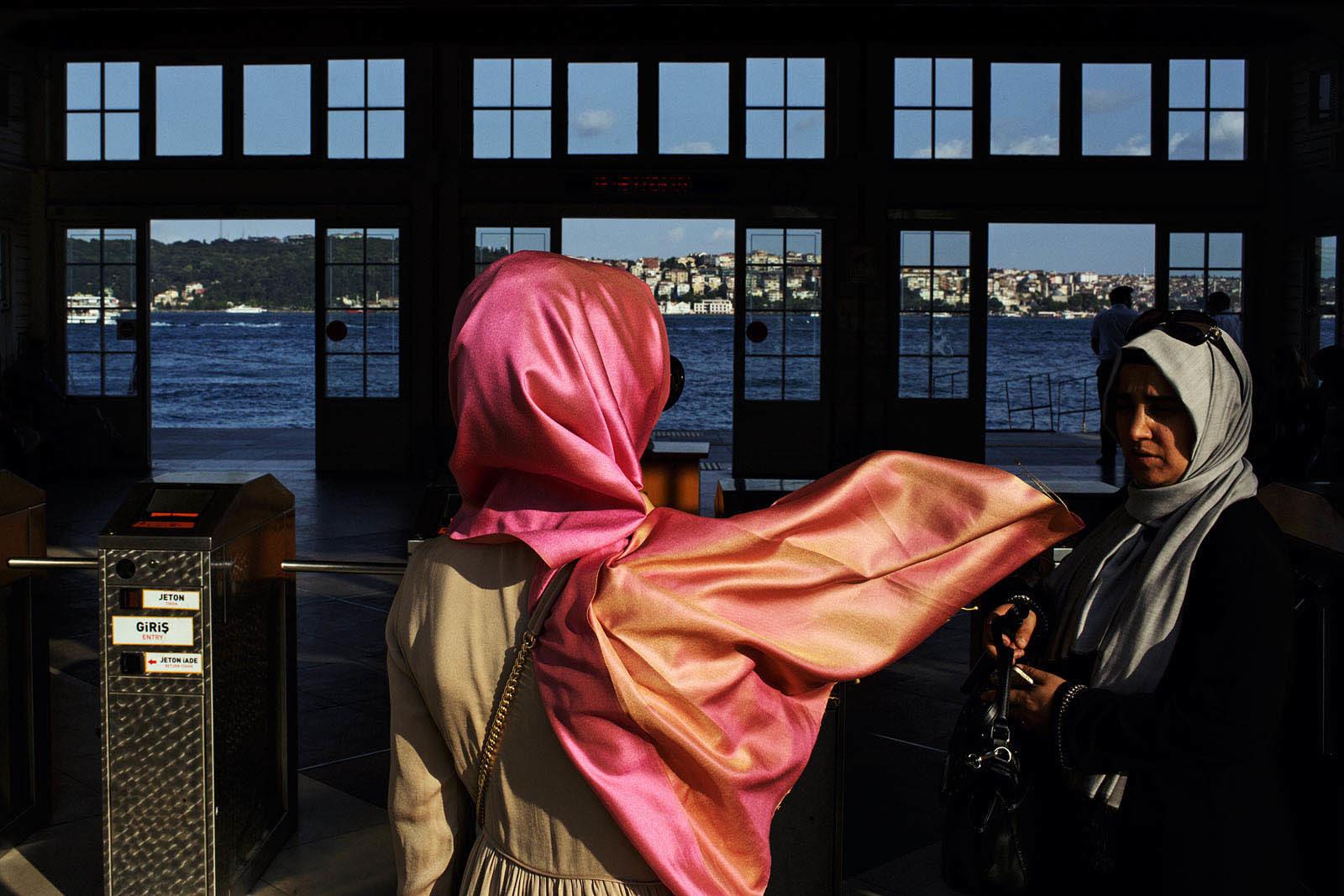 turkey_istanbul_besiktas_ferry_terminal_pier_woman_headscarf_islam_muslim-1600x1067.jpg