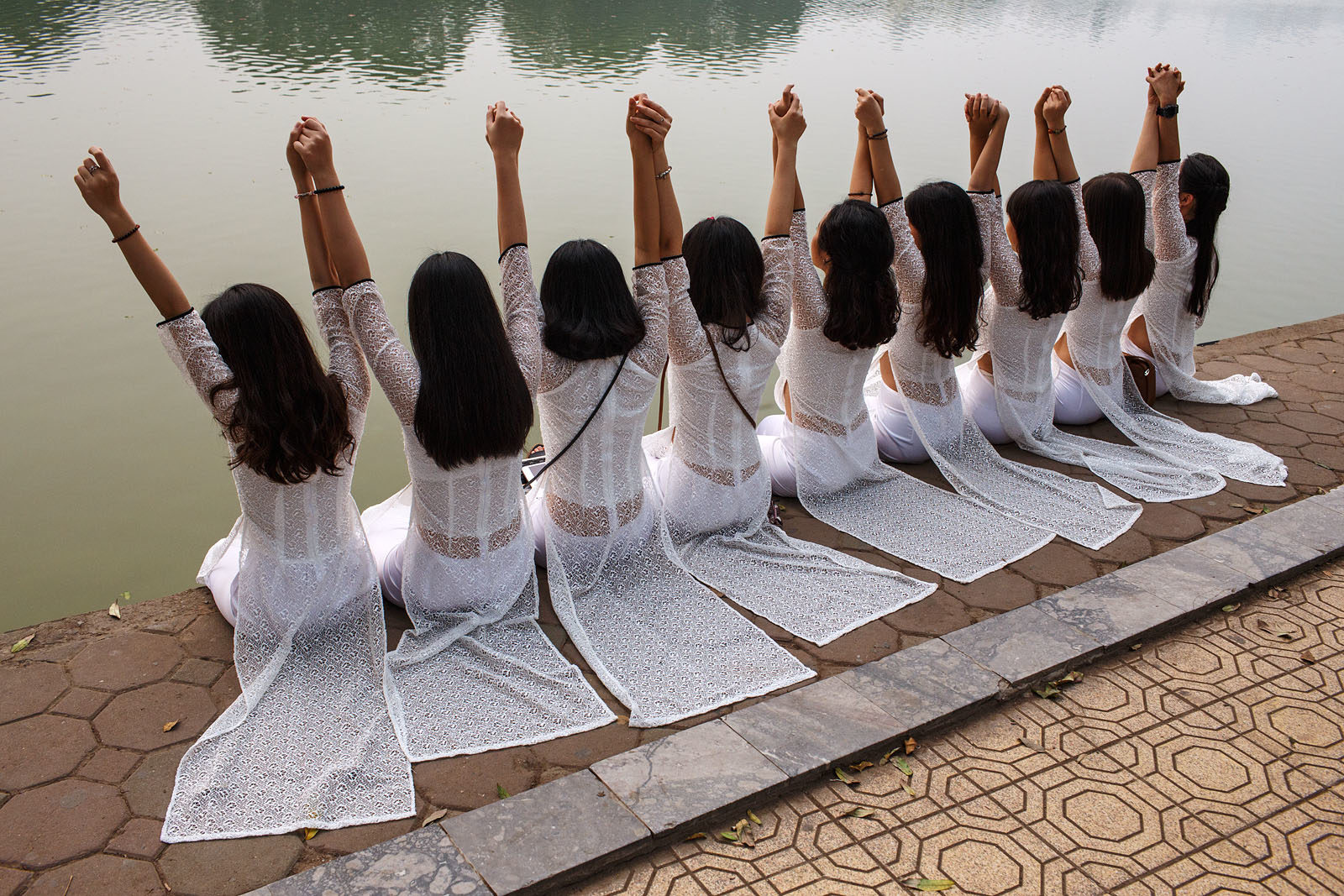 vietnam_hanoi_city_Hoan_Kiem_Lake_women_girls_students_ao_dai_water_travel_photography-1600x1067.jpg